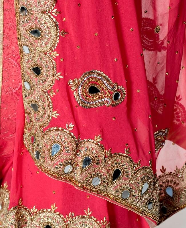 【一点物】ミラーワークと刺繍の婚礼用ゴージャス ジョーゼットサリー【チョリ付き】 - ローズ 7 - 縁の拡大写真です