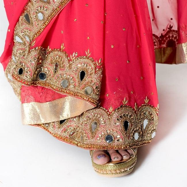 【一点物】ミラーワークと刺繍の婚礼用ゴージャス ジョーゼットサリー【チョリ付き】 - ローズ 8 - 足元の写真です。ヒールのあるサンダルとも相性が良いです。