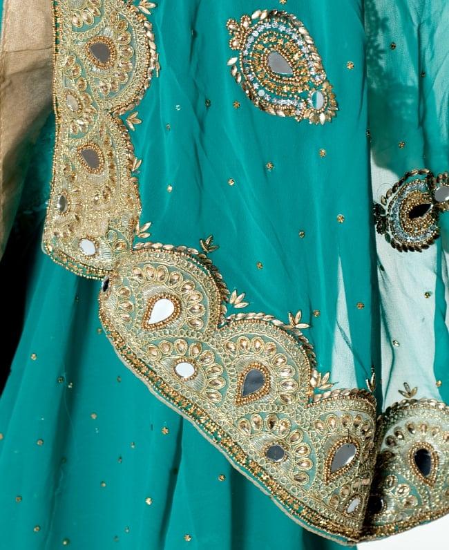 【一点物】ミラーワークと刺繍の婚礼用ゴージャス ジョーゼットサリー【チョリ付き】 - エメラルド 7 - 縁の拡大写真です