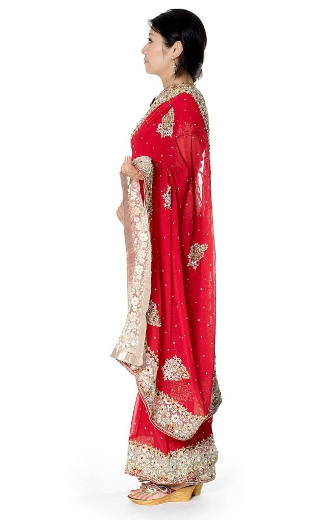 【一点物】刺繍とビジューの婚礼用ゴージャス ジョーゼットサリー【チョリ付き】 - 赤 2 - 横からの写真です