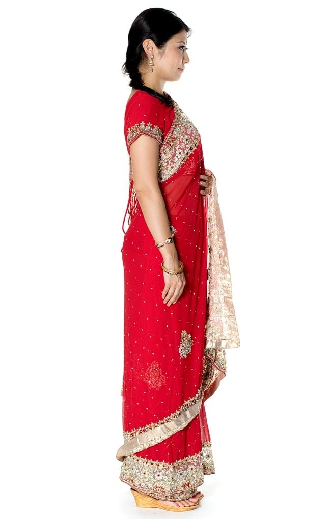 【一点物】刺繍とビジューの婚礼用ゴージャス ジョーゼットサリー【チョリ付き】 - 赤 4 - 横からの写真です