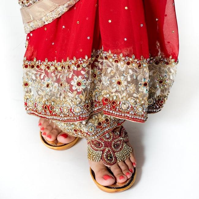 【一点物】刺繍とビジューの婚礼用ゴージャス ジョーゼットサリー【チョリ付き】 - 赤 8 - 足元の写真です。ヒールのあるサンダルとも相性が良いです。