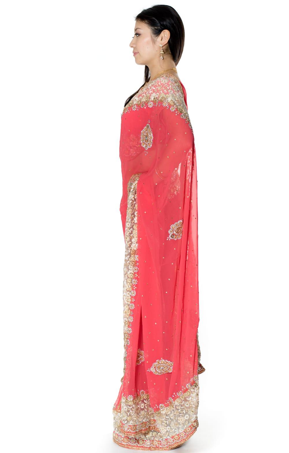 【一点物】刺繍とビジューの婚礼用ゴージャス ジョーゼットサリー【チョリ付き】 - ピンク 2 - 横からの写真です