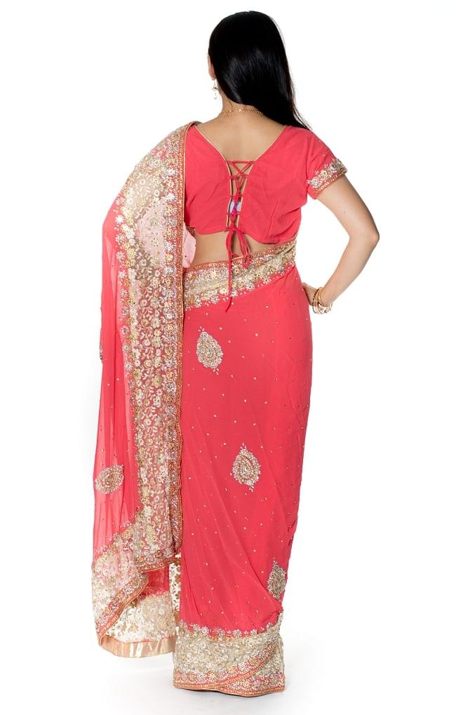 【一点物】刺繍とビジューの婚礼用ゴージャス ジョーゼットサリー【チョリ付き】 - ピンク 3 - 後ろからの写真です