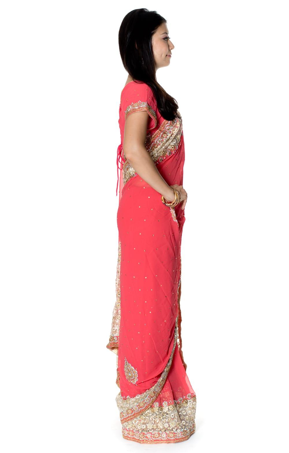 【一点物】刺繍とビジューの婚礼用ゴージャス ジョーゼットサリー【チョリ付き】 - ピンク 4 - 横からの写真です