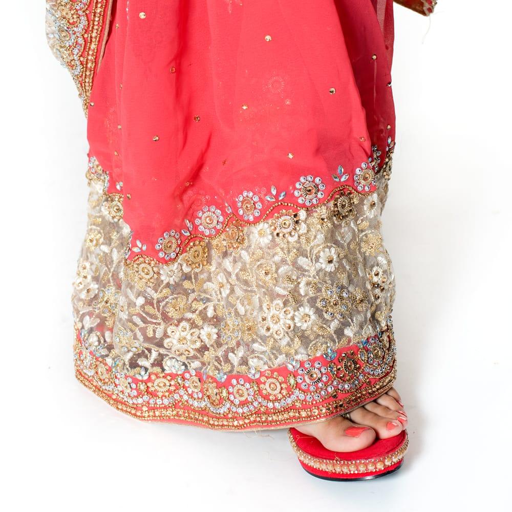 【一点物】刺繍とビジューの婚礼用ゴージャス ジョーゼットサリー【チョリ付き】 - ピンク 8 - 足元の写真です。ヒールのあるサンダルとも相性が良いです。