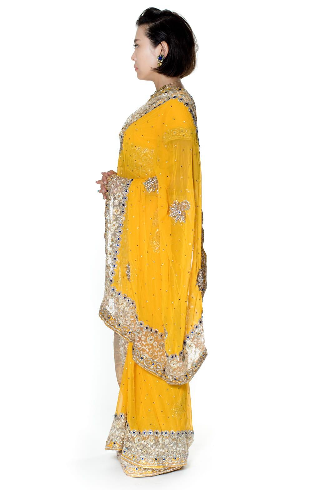 【一点物】刺繍とビジューの婚礼用ゴージャス ジョーゼットサリー【チョリ付き】 - イエロー 2 - 横からの写真です