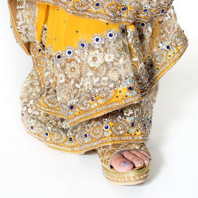 【一点物】刺繍とビジューの婚礼用ゴージャス ジョーゼットサリー【チョリ付き】 - イエロー 8 - 足元の写真です。ヒールのあるサンダルとも相性が良いです。