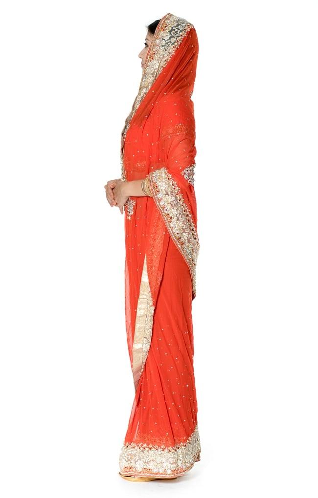 【一点物】刺繍とビジューの婚礼用ゴージャス ジョーゼットサリー【チョリ付き】 - オレンジ 2 - 横からの写真です