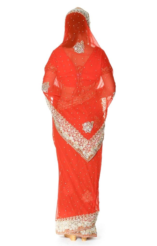 【一点物】刺繍とビジューの婚礼用ゴージャス ジョーゼットサリー【チョリ付き】 - オレンジ 3 - 後ろからの写真です