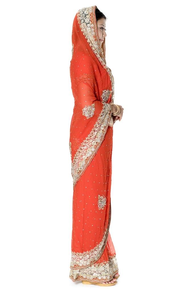 【一点物】刺繍とビジューの婚礼用ゴージャス ジョーゼットサリー【チョリ付き】 - オレンジ 4 - 横からの写真です