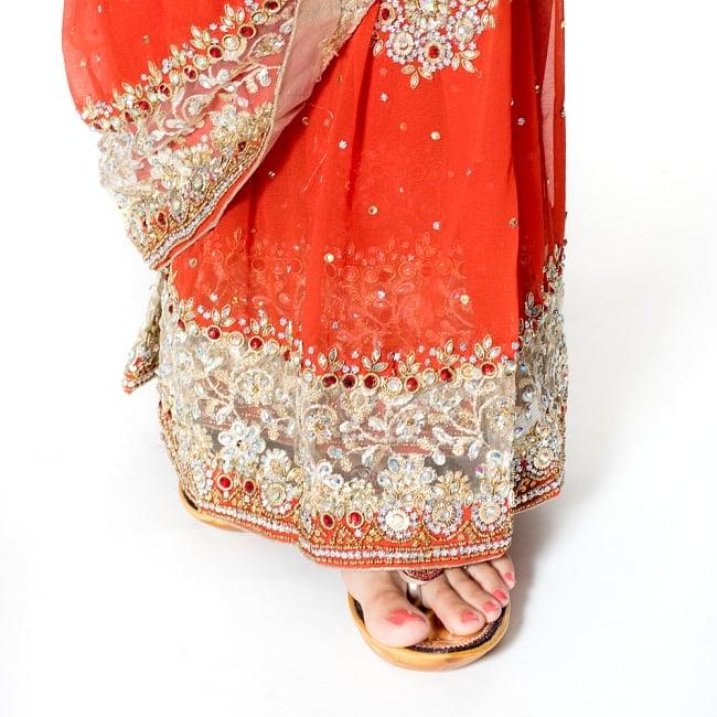【一点物】刺繍とビジューの婚礼用ゴージャス ジョーゼットサリー【チョリ付き】 - オレンジ 8 - 足元の写真です。ヒールのあるサンダルとも相性が良いです。