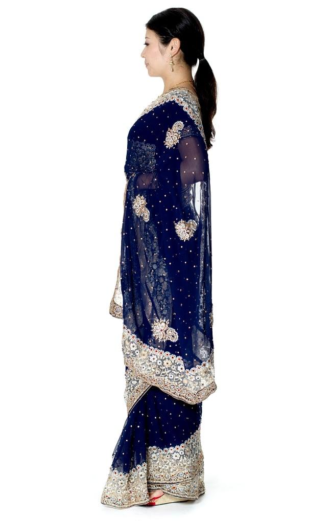 【一点物】刺繍とビジューの婚礼用ゴージャス ジョーゼットサリー【チョリ付き】 - 紺 2 - 横からの写真です