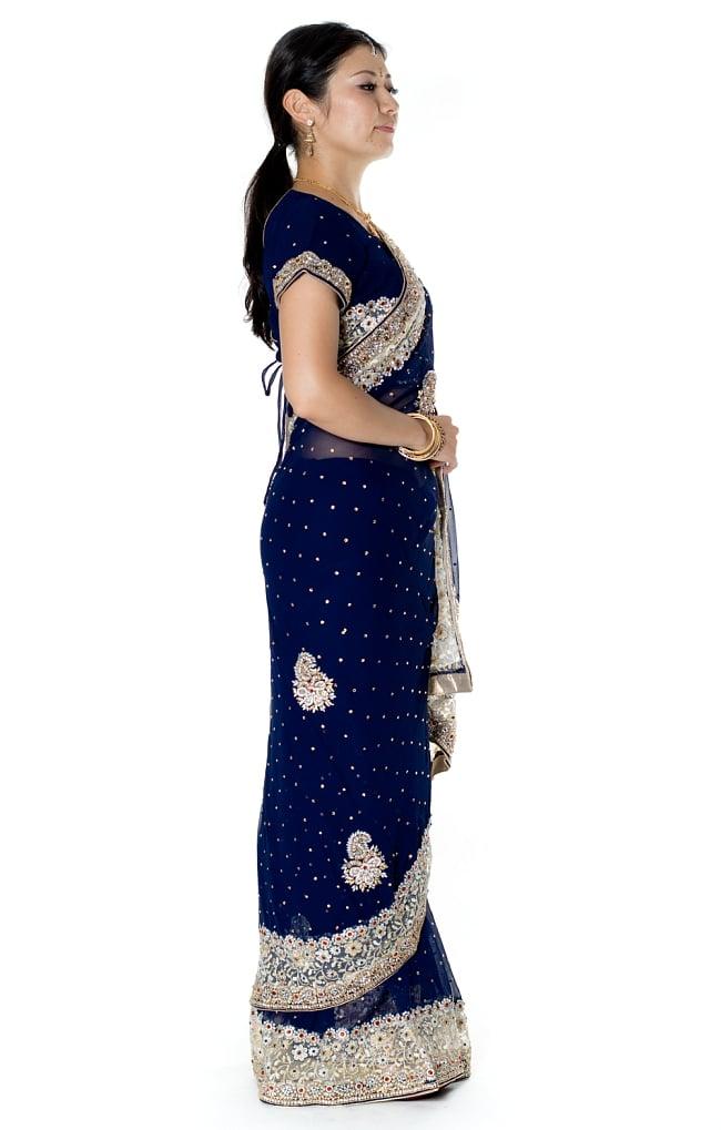 【一点物】刺繍とビジューの婚礼用ゴージャス ジョーゼットサリー【チョリ付き】 - 紺 4 - 横からの写真です