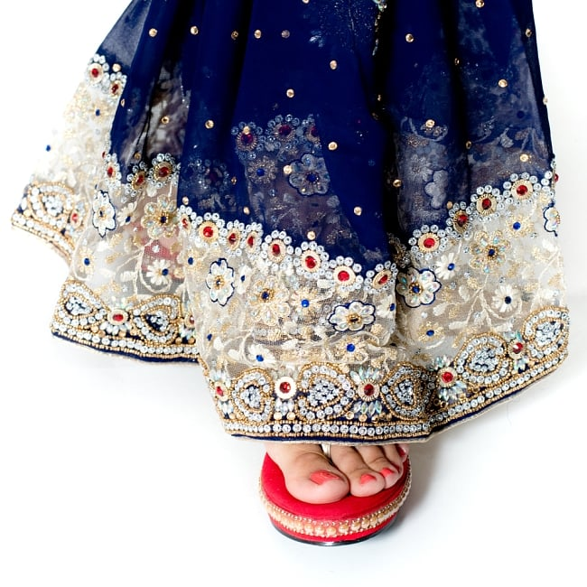 【一点物】刺繍とビジューの婚礼用ゴージャス ジョーゼットサリー【チョリ付き】 - 紺 8 - 足元の写真です。ヒールのあるサンダルとも相性が良いです。