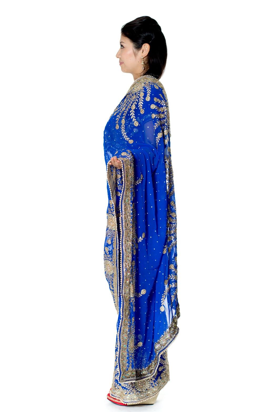 【一点物】孔雀の羽刺繍の婚礼用ゴージャス ジョーゼットサリー【チョリ付き】 - 青 2 - 横からの写真です