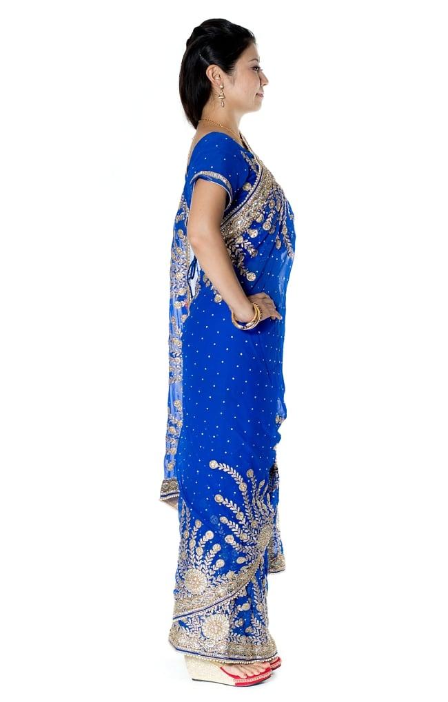 【一点物】孔雀の羽刺繍の婚礼用ゴージャス ジョーゼットサリー【チョリ付き】 - 青 4 - 横からの写真です