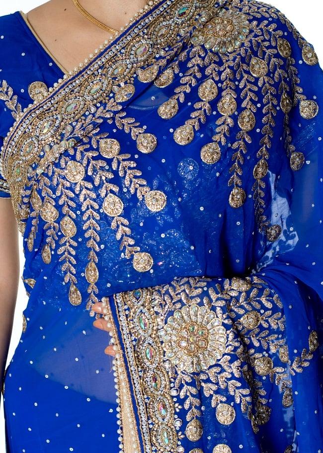 【一点物】孔雀の羽刺繍の婚礼用ゴージャス ジョーゼットサリー【チョリ付き】 - 青 5 - 拡大写真です