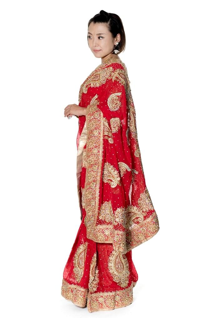 孔雀の羽刺繍の婚礼用ゴージャス ジョーゼットサリー【チョリ付き】 - 赤 2 - 横からの写真です