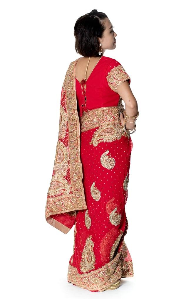 孔雀の羽刺繍の婚礼用ゴージャス ジョーゼットサリー【チョリ付き】 - 赤 4 - 横からの写真です
