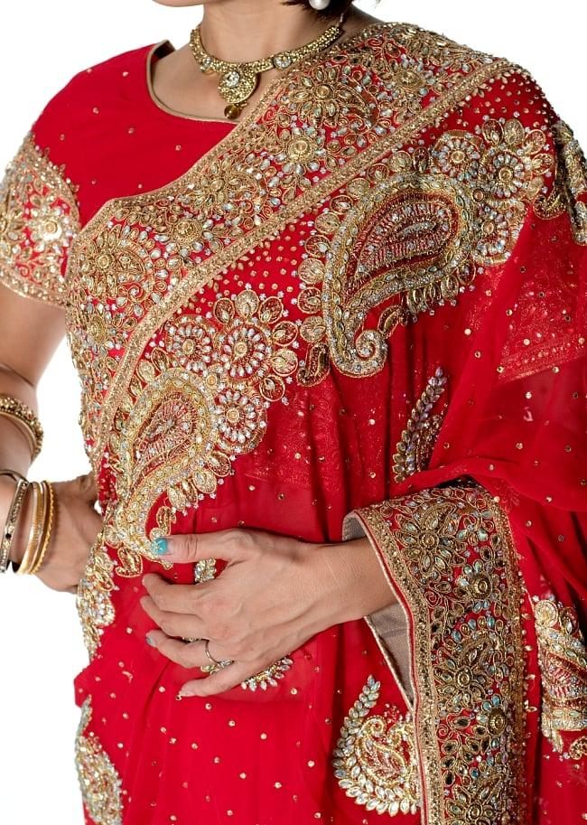 孔雀の羽刺繍の婚礼用ゴージャス ジョーゼットサリー【チョリ付き】 - 赤 5 - 拡大写真です