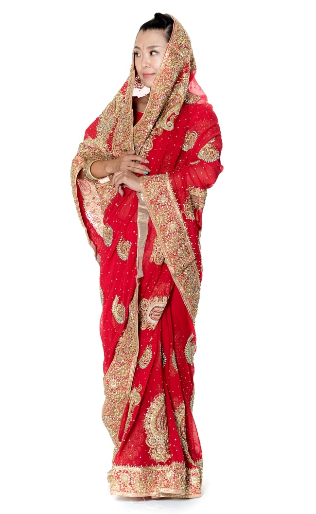 孔雀の羽刺繍の婚礼用ゴージャス ジョーゼットサリー【チョリ付き】 - 赤の写真