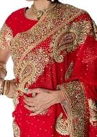 孔雀の羽刺繍の婚礼用ゴージャス ジョーゼットサリー【チョリ付き】 - 赤の商品写真