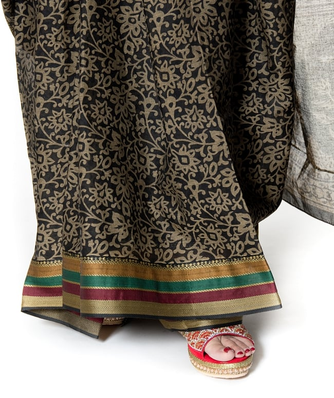 〔チョリ付き〕昔ながらのコットンサリー - 更紗の写真8 - 足元はこのような感じになります。キラキラとしたサンダルなどと相性がいいです。