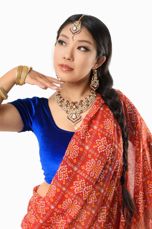 インド伝統模様バンディニプリントのインドサリー 5 - バストアップ