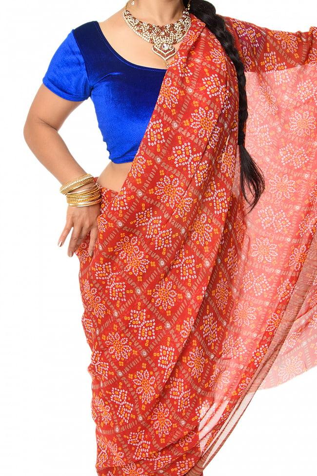 【8色展開】インド伝統模様バンディニプリントのインドサリー 7 - 体に巻きつけている様子です。