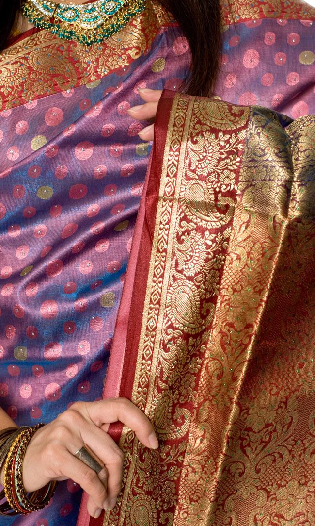ベナレスのインドサリー【ドット・光沢】 ピンク 5 - インドらしいデザインがとても美しいです。