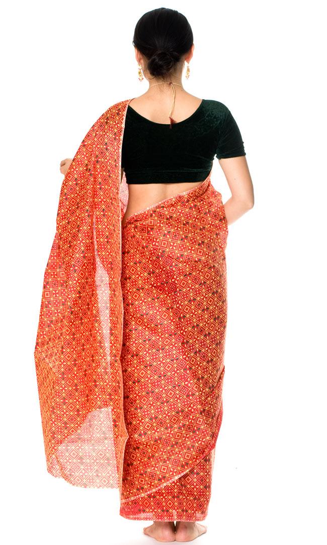 インドサリー【伝統柄】 赤オレンジの写真3 - 後ろ姿です。後ろ姿はチョリが前面に比べて見えるので、チョリでこだわりを出したい場合は、後にデザインが施されているものを選ぶとぴったりですよ!