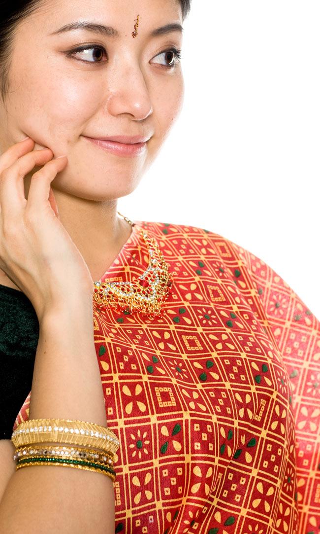 インドサリー【伝統柄】 赤オレンジの写真4 - 胸元をアップにしてみました。