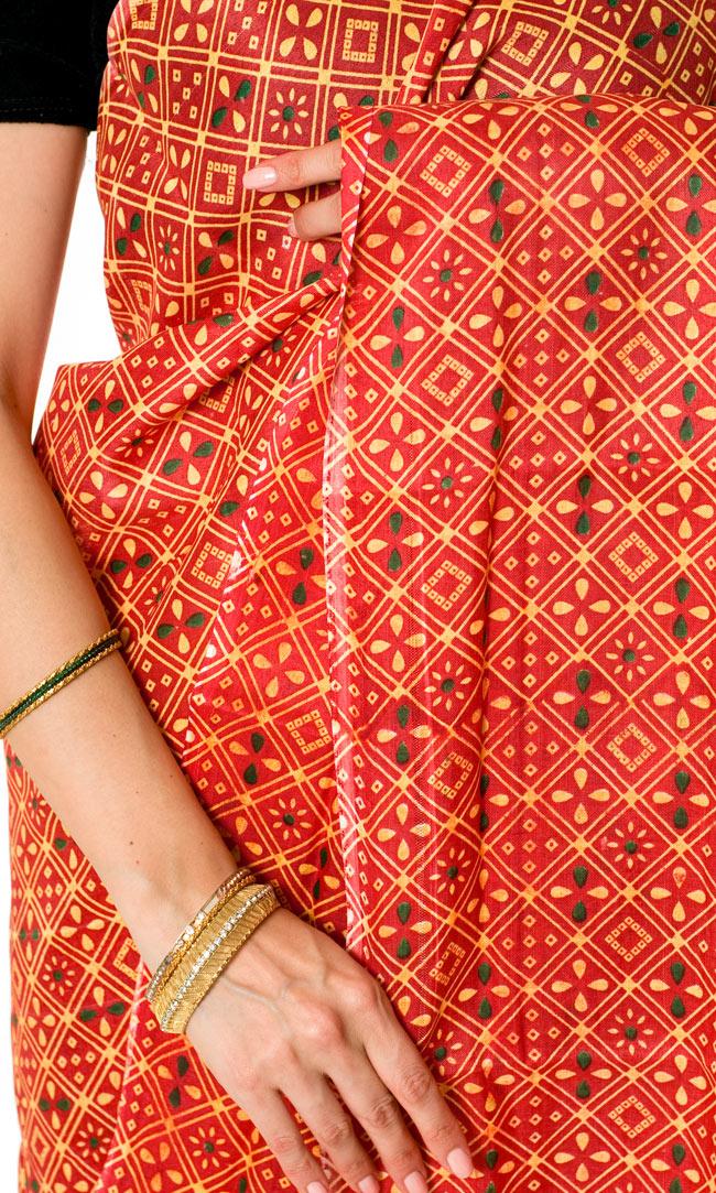 インドサリー【伝統柄】 赤オレンジの写真5 - インドらしいデザインがとても美しいです。