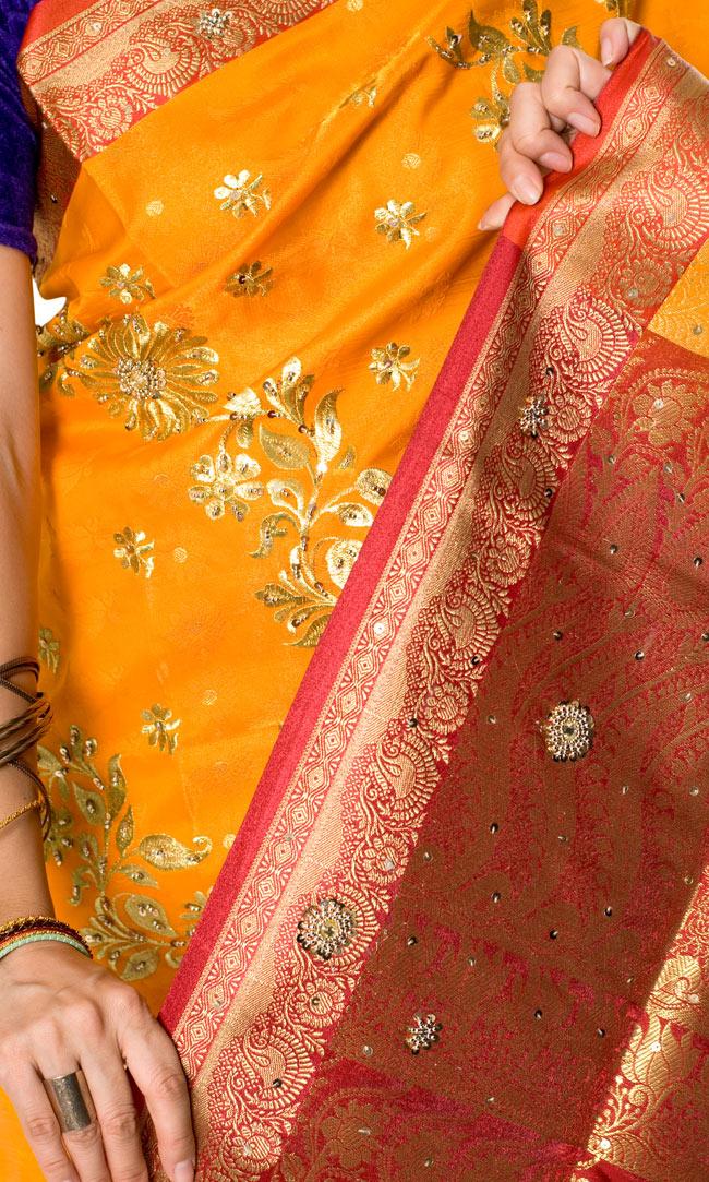 ベナレスのインドサリー【金糸刺繍ゴージャスゴージャス】 やまぶきの写真5 - インドらしいデザインがとても美しいです。
