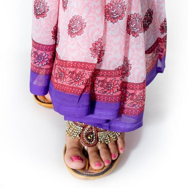 インドサリー【花・伝統柄】の写真8 - 足元はこのような感じになります。キラキラとしたサンダルなどと相性がいいです。