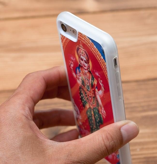 ナンをドヤ顔で見せてくれるお兄ちゃん【ティラキタオリジナルiPhone7/7s/8ケース】 9 - 手に持ちながら、背面を撮影しました(印刷のデザインは異なります)