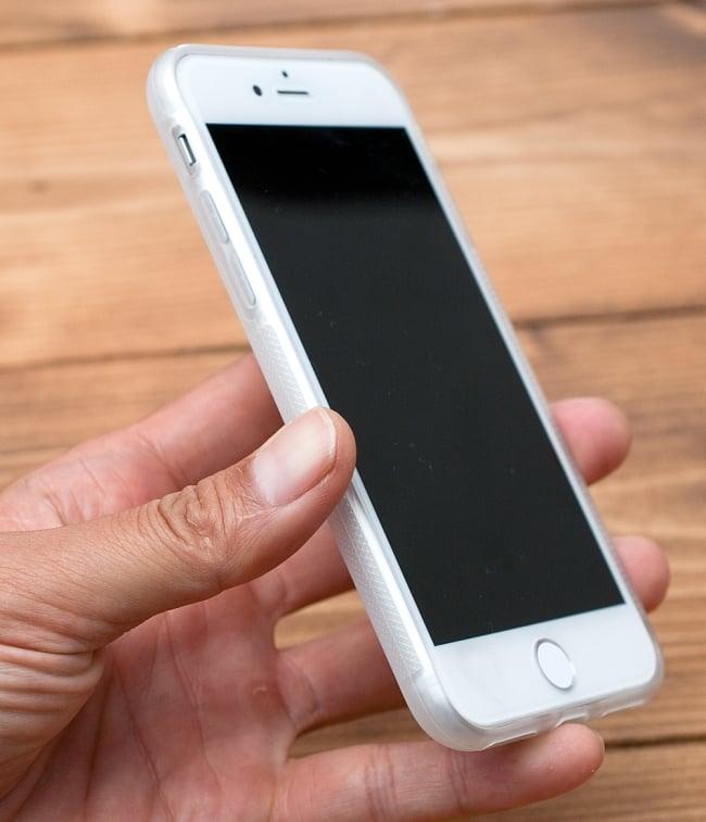 心理学と幾何学 視覚化された意識の進化【ティラキタオリジナルiPhoneXケース】 7 - 半透明のTPUケースを実機に付けて、手に持ってみました。黒、白とも、仕様は同一です。なお、写真はiPhone8用ケースですが、実際にお送りするのはiPhoneX用となります
