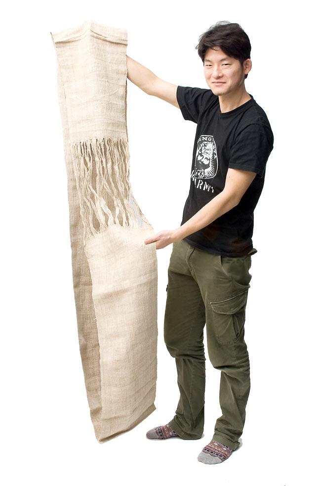 [手芸用]ワイルドヘンプの手織り布地 9 - 男性スタッフが持ってみました。輪状になっています。