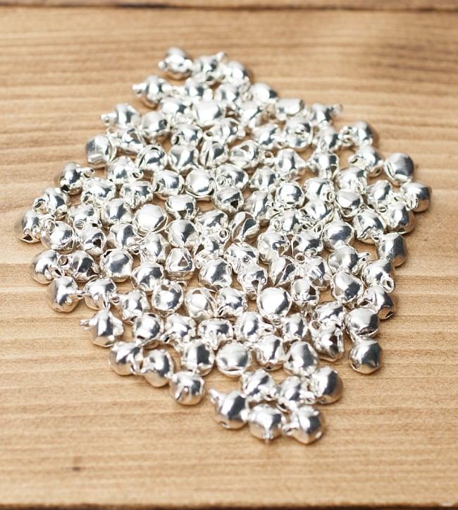 鈴セット [銀色50g] 2 - 1セット約50g入りで、全部広げるとこれくらいの数になります。