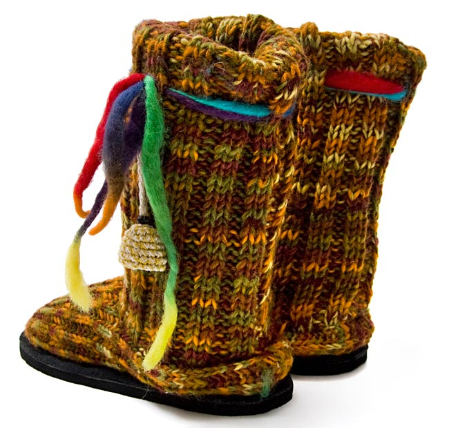 ネパールのニット・ブーツ 【茶色×オレンジ×緑・斑】の写真2 - 後ろ側の写真です。