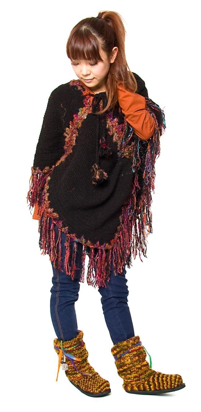 ネパールのニット・ブーツ 【茶色×オレンジ×緑・斑】の写真6 - 別の色のブーツをモデルさんが穿いた着用例です。モデルさんの身長は151cmです