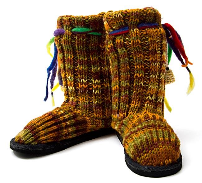 ネパールのニット・ブーツ 【茶色×オレンジ×緑・斑】の写真