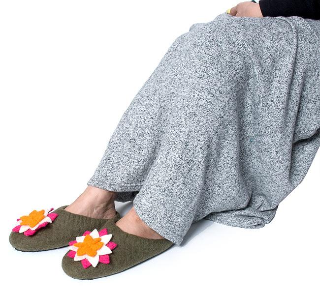 ふわふわフェルトのルームスリッパ - 蓮 オレンジの写真5 - 足のサイズ23cmのモデルさんが履くとこんな感じです。