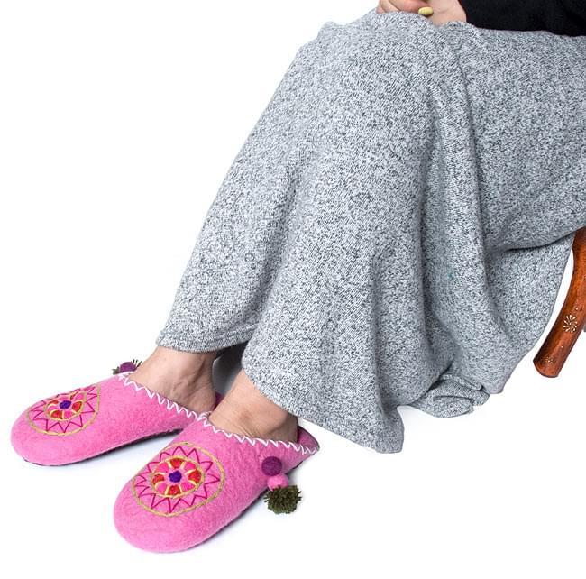 ふわふわフェルトのルームスリッパ - グレーの写真6 - 足のサイズ23cmのモデルさんが履くとこんな感じです。