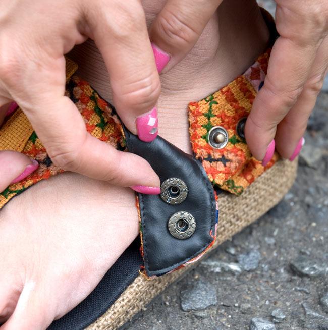 【ウェッジソール風】モン族古布手作りサンダル−[約23cmから24cm] 3 - このようなボタンで調節可能です