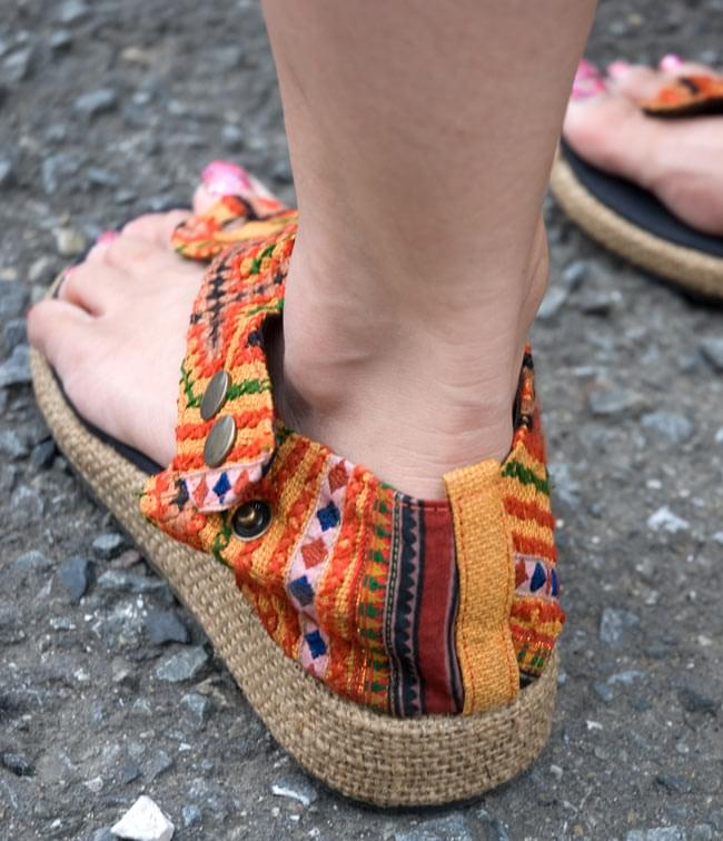 【ウェッジソール風】モン族古布手作りサンダル−[約23cmから24cm] 4 - ちょっと厚底なウェッジソールが可愛いですね