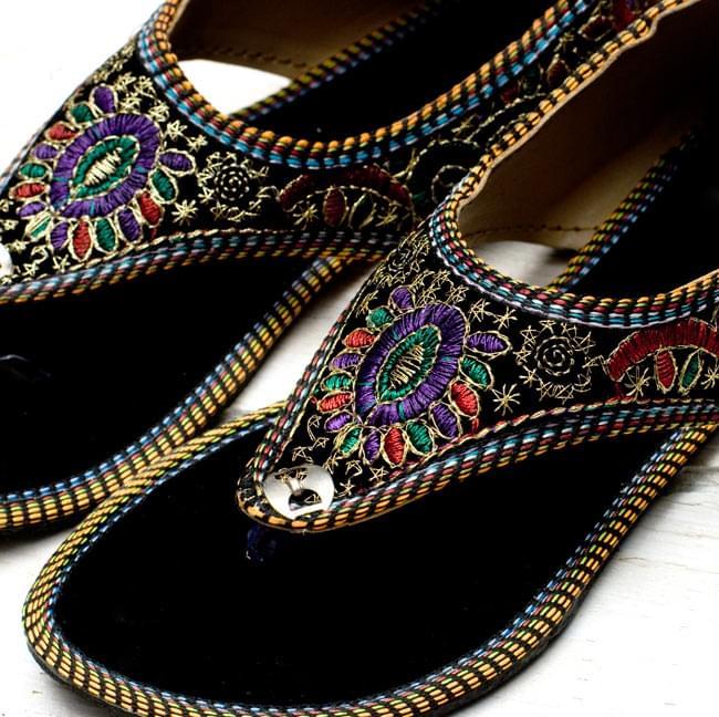 インドのトングサンダル - 【踵ゴム】 の写真3 - つま先部分をアップにしてみました。刺繍が綺麗に施されています。