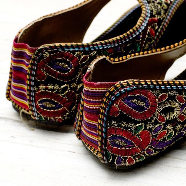 インドのトングサンダル - 【踵ゴム】 の写真5 - かかと部分です。踵もカラフルで可愛いですね!