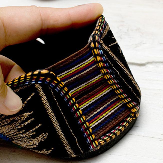 インドのトングサンダル - 【踵ゴム】 の写真8 - 踵のゴムは伸びるので履きやすいです。ちょっと小さ目くらいがフィット感があるかもしれません。